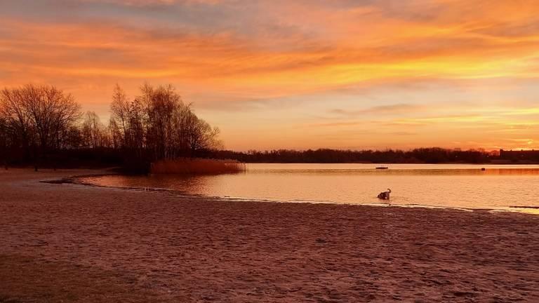 Het strand bij het Engelermeer (archieffoto: Roland Mandemaker).
