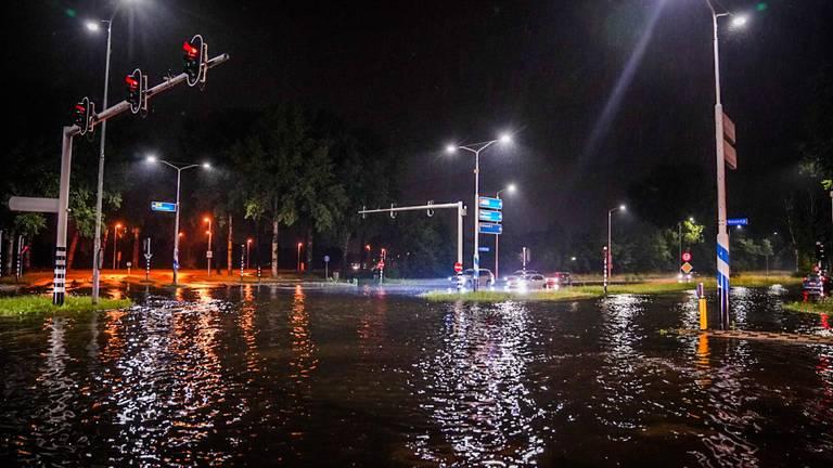 Deze weg veranderde door de hoosbui in korte tijd in een rivier (foto: Sem van Rijssel/SQ Vision).