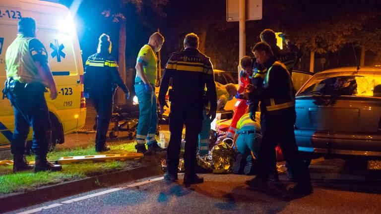Hulpverleners ontfermden zich over het slachtoffer in Deurne (foto: Walter van Bussel/SQ Vision).