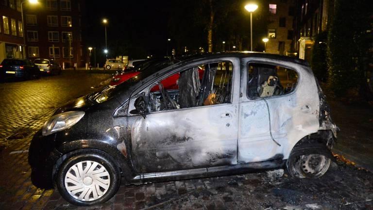 Een van de vier beschadigde auto's in de wijk Heuvel (foto: Perry Roovers/SQ Vision).