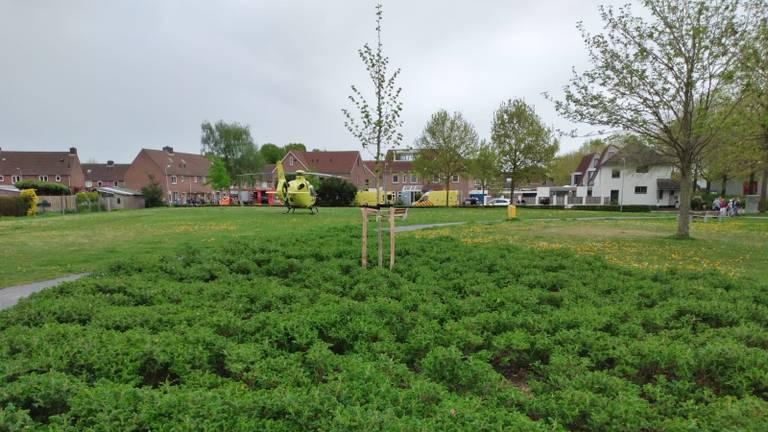 Een traumahelikopter landde op een grasveld naast de Merel (foto: Peter Janssen).