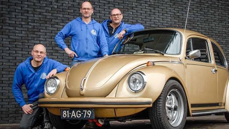 De gebroeders van der Zanden, verzot op oude Volkswagens, met de overleden Peter (midden), Albert en Ad (rechts).