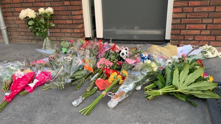 Bij de voordeur van het huis worden steeds meer bloemen en knuffels gelegd. (Foto: Eva de Schipper)
