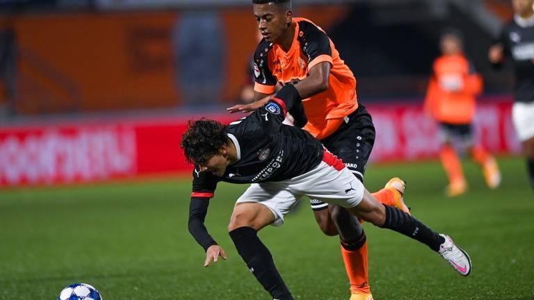 Richard Ledezma (li., Jong PSV) wordt tegen de grond gewerkt (Foto: Orange Pictures)