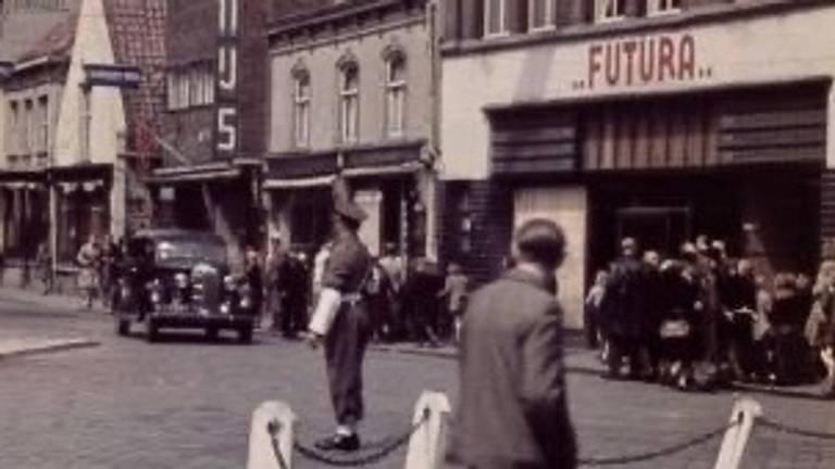 Kruising Nieuwlandstraat-Heuvelstraat in Tilburg met militaire verkeersregelaar (foto: Regionaal Archief Tilburg)