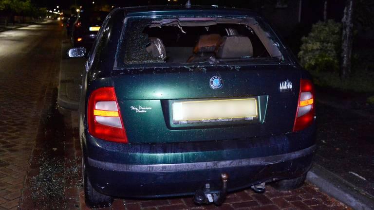 Ook deze auto in de Bredase wijk Heuvel werd door brand verwoest (foto: Perry Roovers/SQ Vision).