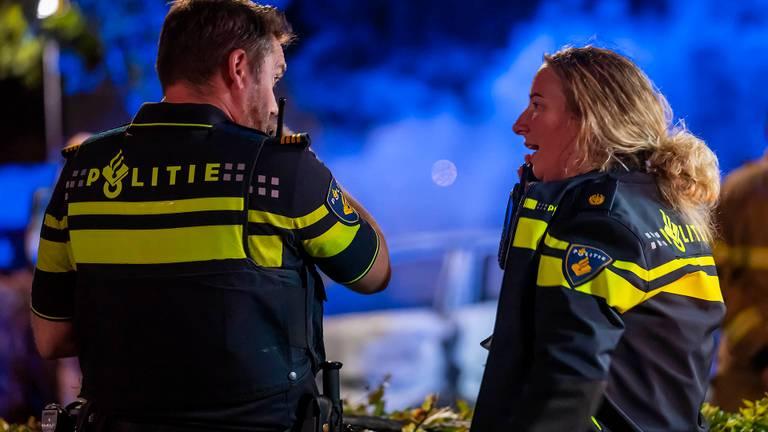 De politie doet onderzoek naar de autobrand in Oss (foto: Gabor Heeres/SQ Vision).