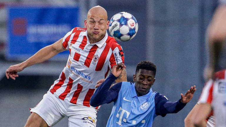 Jan Lammers (TOP Oss) wint kopduel van Sanches Fernandes (Jong FC Utrecht) Foto: Orange Pictures.