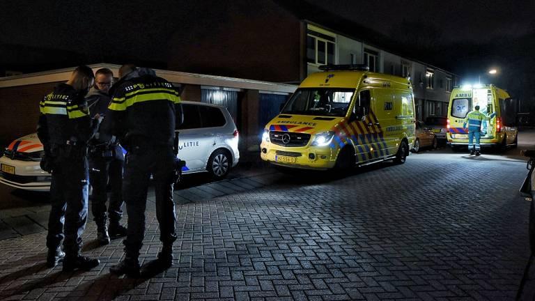 De vader en de kinderen werden voor controle met ambulances naar een ziekenhuis gebracht (foto: Toby de Kort/SQ Vision).