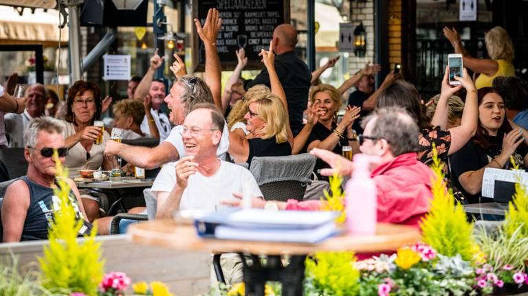 Versoepelde regels op een terras op de Markt Den Bosch. (Archieffoto: ANP)