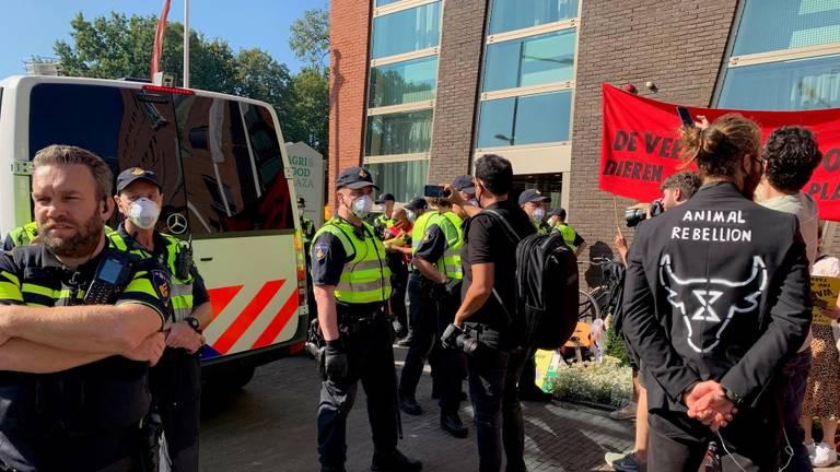 De demonstranten bij het pand van ZLTO (foto: Bart Meesters / SQ Vision).