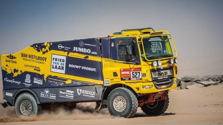 Jan en Ben van de Laar met hun truck in het Midden-Oosten tijdens de Dakar Rally van 2020.