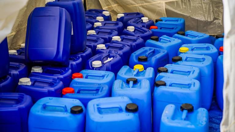 In de vaten zitten grondstoffen voor de productie van harddrugs (foto: Sem van Rijssel/ SQ Vision).