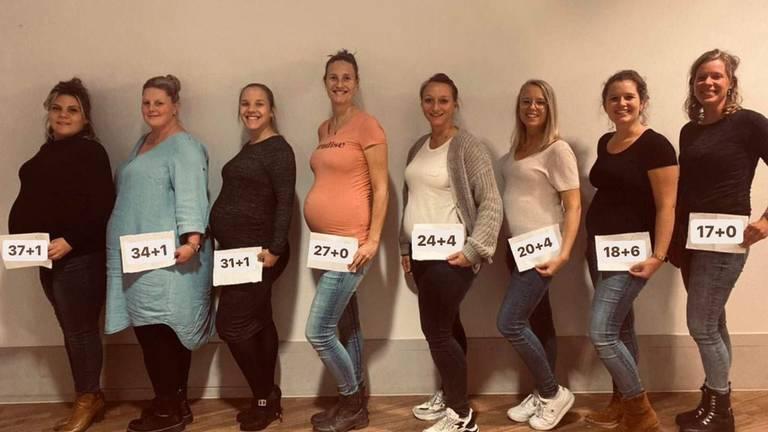 De dames op volgorde van het aantal weken en dagen dat ze zwanger zijn (Foto: Gynaecologen Bernhoven).