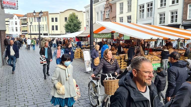 Met de weekmarkt door het centrum lijkt het af en toe druk