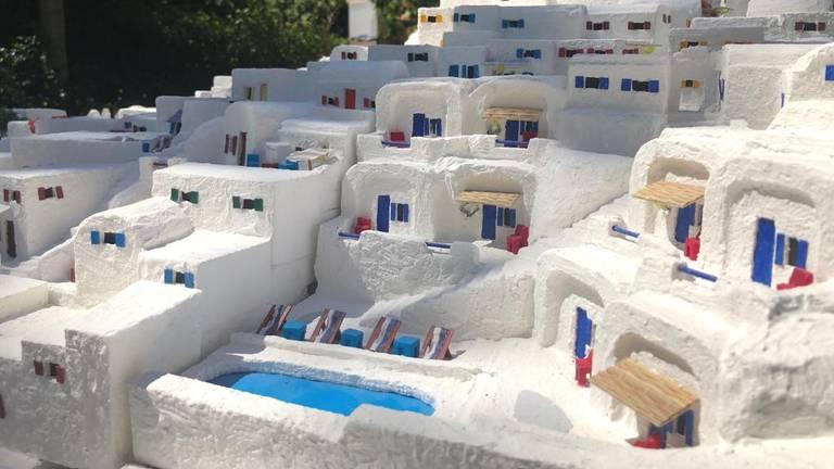 Zonnestralen op de Griekse huisjes (foto: Erik Peeters).