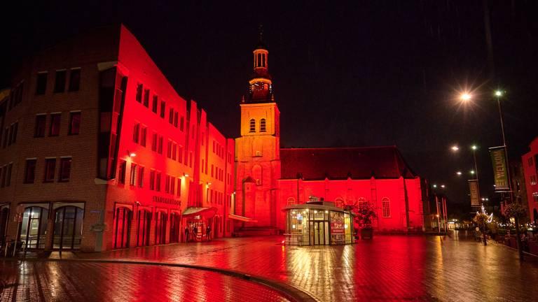 Stadskantoor in Etten-Leur kleurt rood (foto: Tom van der Put/SQ Vision)
