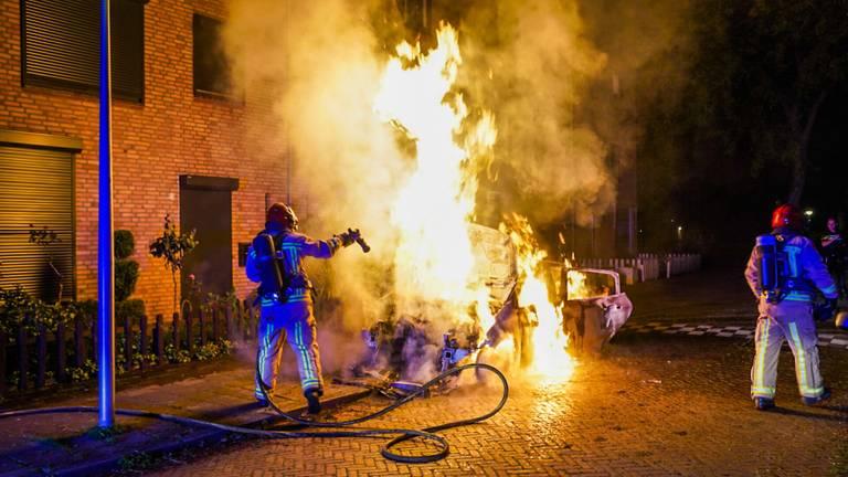 De brandweer bluste het vuur aan de Caspar Netscherstraat in Eindhoven (foto: Dave Hendriks/SQ  Vision).