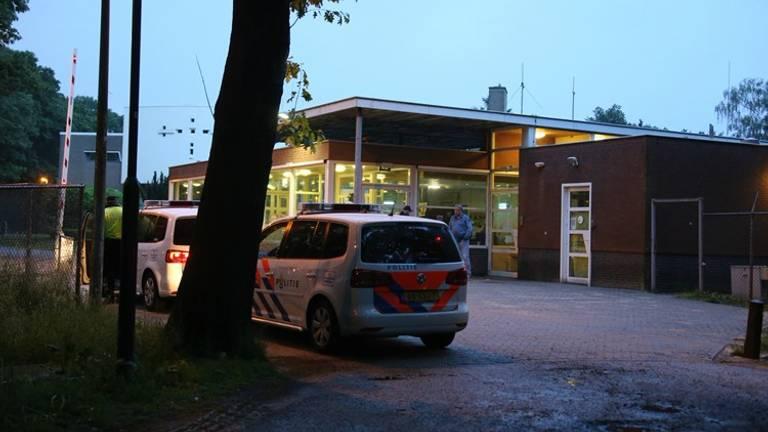 Politie bij het azc in Overloon. (foto: AS Media)