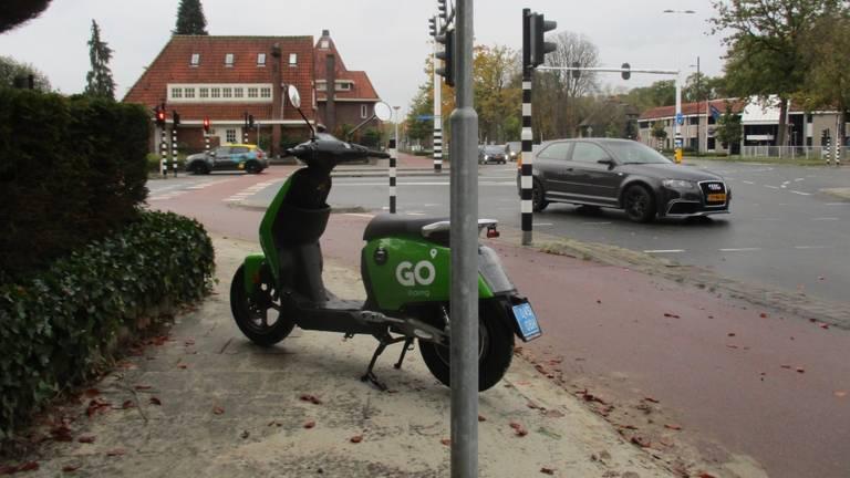 Van deze scooter op de Aalsterweg in Eindhoven had een rolstoelgebruiker overlast.