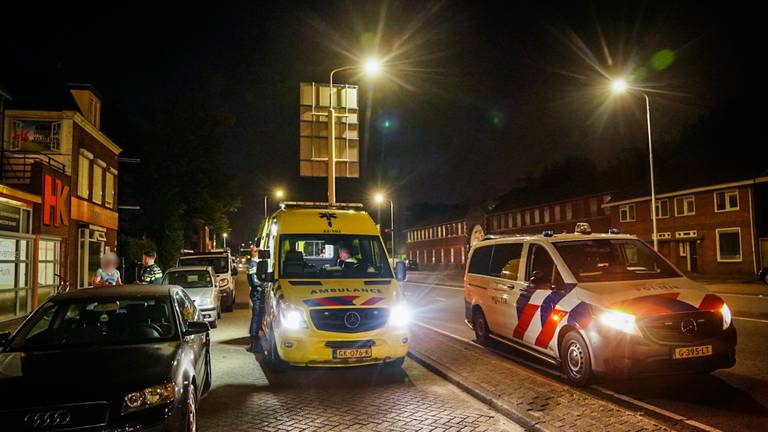 Politie en ambulance werden gealarmeerd voor de steekpartij aan de Kronehoefstraat (foto: Sem van Rijssel/SQ Vision).