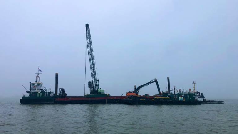 De werkschepen op het Hollands Diep (foto: Raoul Cartens).