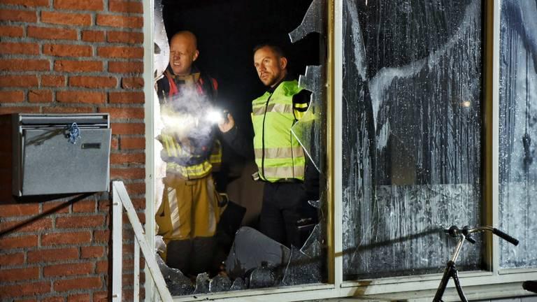 De woonkamer van het huis in Tilburg is zwartgeblakerd (foto: Toby de Kort/SQ Vision).