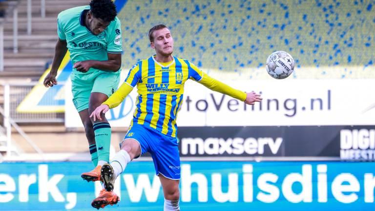 Melle Meulensteen in duel met Willem II-spits Kwasi Wriedt (foto: OrangePictures).