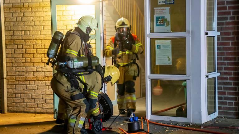De brandweer in actie bij de John F. Kennedyschool in Oss (foto: Gabor Heeres/SQ Vision).