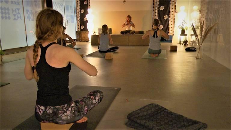 Steeds meer Brabanders zoeken de stilte in yoga door en na coronatijd. (foto: Raoul Cartens)
