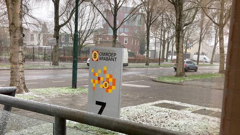 Sneeuw bij Omroep Brabant in Breda.