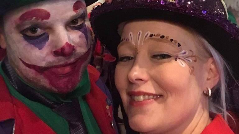 Ronald (links) en Carly zijn fervent carnavalsvierders (foto: Carly Quaedvlieg).