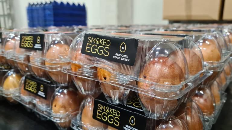 Na zestien uur roken zijn de Smoked Eggs klaar en kunnen ze ingepakt worden (foto: Noël van Hooft)