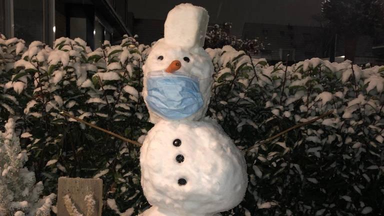 De coronaproof sneeuwpop van Sepp en Beau in Oosterhout (foto: Sharon en Michel Kool).