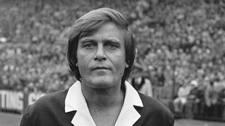 Derks als scheidsrechter bij de wedstrijd Feyenoord - Ajax (1-1) in 1976.