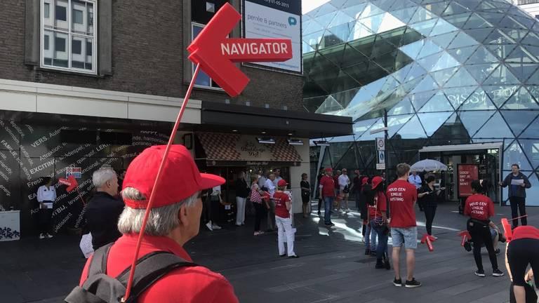 Eindhoven zet vrijwilligers in om de bezoekers van de binnenstad te begeleiden. (Foto: Omroep Brabant)