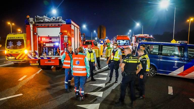 Na de vondst van de bestelbus vol drugsafval werden hulpdiensten massaal opgeroepen (foto: Sem van Rijssel/SQ Vision).