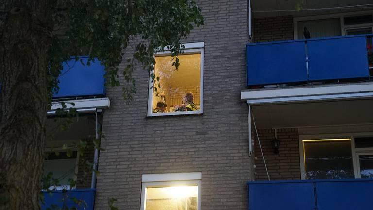 Het slachtoffer liep na de autodiefstal zeer overstuur terug naar haar appartement (foto: Jozef Bijnen/SQ Vision).