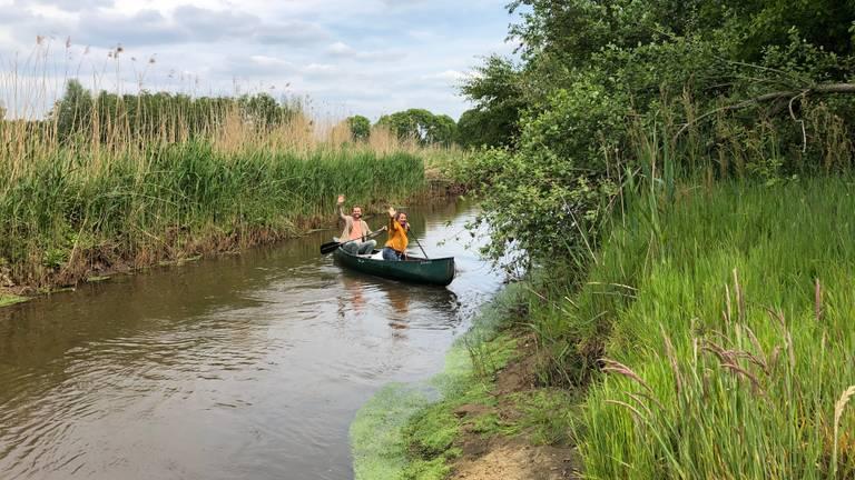 Marloes en Roel beginnen aan hun kanotocht op De Dommel