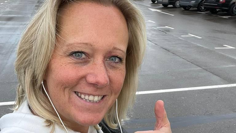 Kelly Vos op het parkeerterrein bij Schiphol.