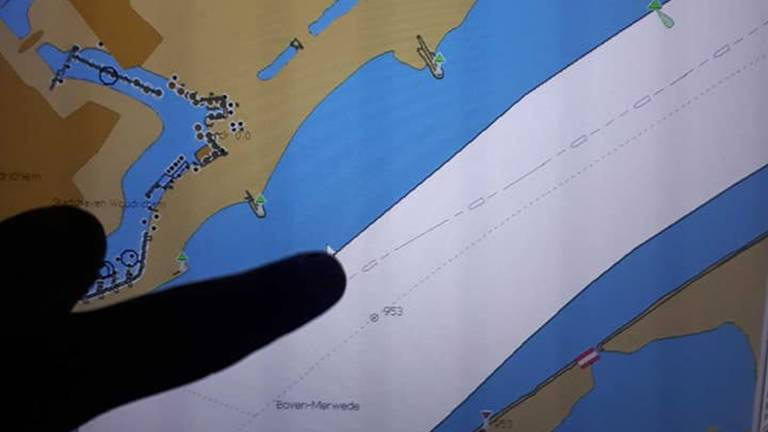Het politie enterde het bootje midden in de druk bevaren scheepvaartroute.