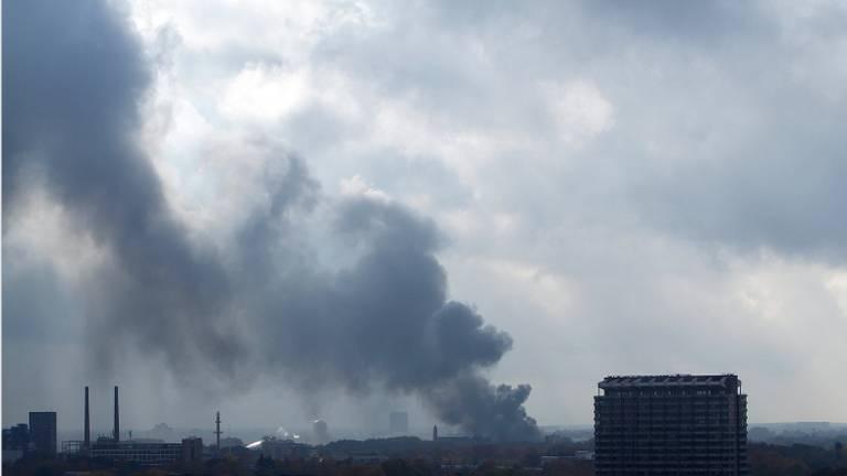 De brand op de Hastelweg gezien vanuit de wijk Prinsenjagt (foto: Marc Rademakers)