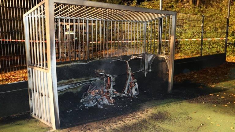 Een deelscooter brandde uit in dit doel van een trapveldje (foto: Bart Meesters).