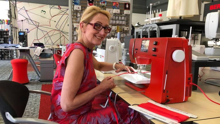 Inge kruipt zelf ook regelmatig achter de naaimachine.