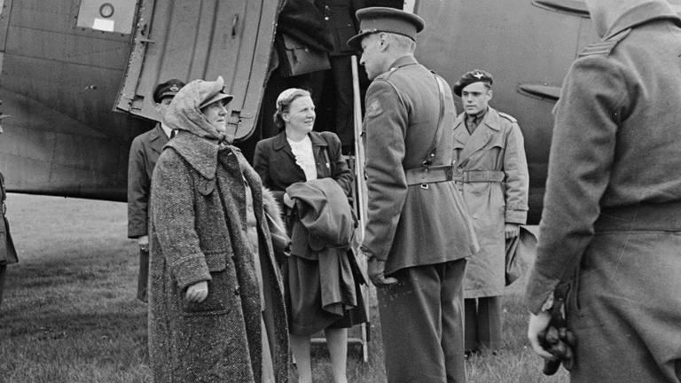 Wilhelmina, Juliana en rechts achter Peter Tazelaar, de andere Soldaat van Oranje (foto: Nationaal Archief).