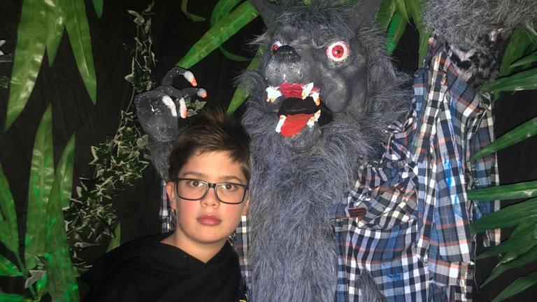 Justus is dol op zijn zelfgemaakte weerwolf (foto: Tonnie Vossen)
