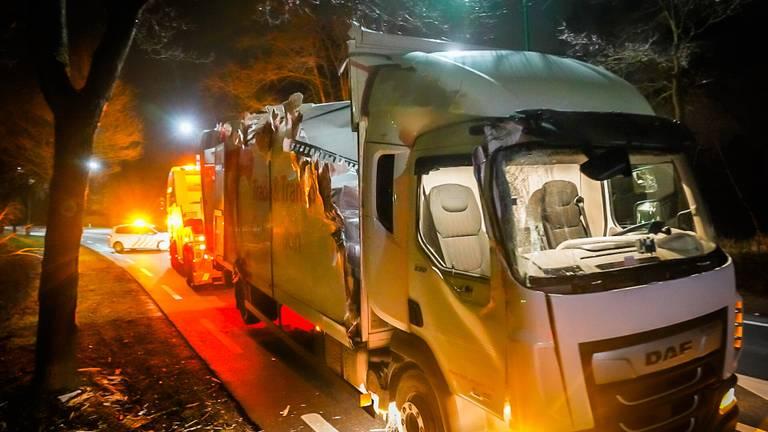 De vrachtwagen liep flinke schade op bij het ongeluk in Nuenen (foto: Sem van Rijssel/SQ Vision).