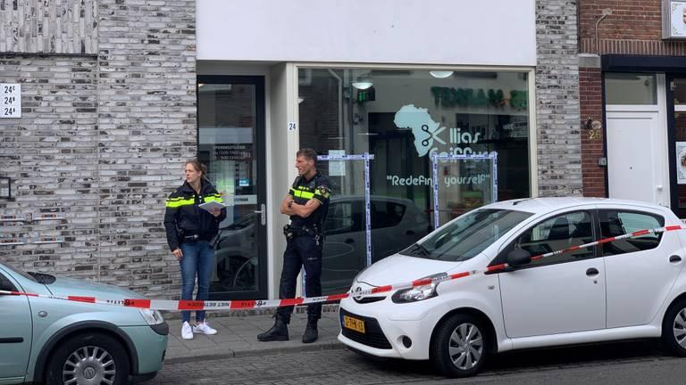 De politie voor de beschoten kapperszaak in Tilburg (foto: Eva de Schipper).
