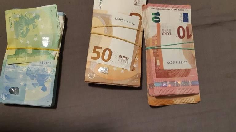 De politie nam een grote hoeveelheid geld in beslag (foto: Politie.nl).