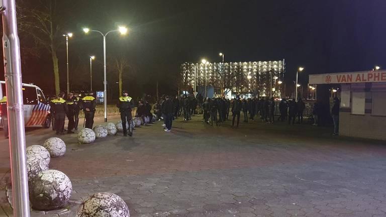 Drukte bij het stadion in Tilburg.